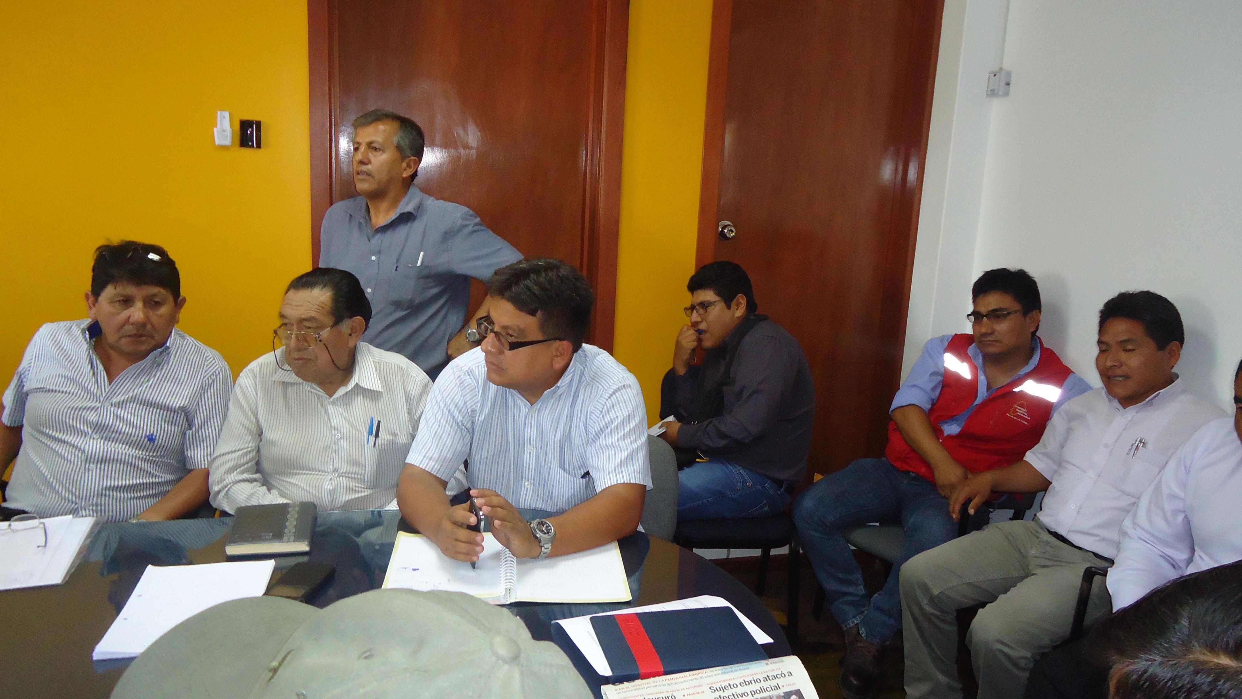 Autoridades regionales y de provincia Sánchez Cerro se reúnen para salvar carretera Moquegua-Omate-Arequipa.