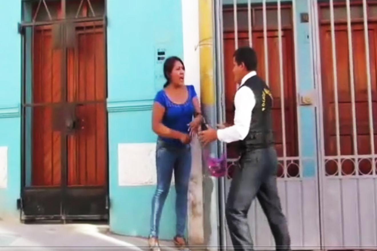 Mujer se resiste a ser detenida, luego de ser denunciada por supuesto robo. (VIDEO)