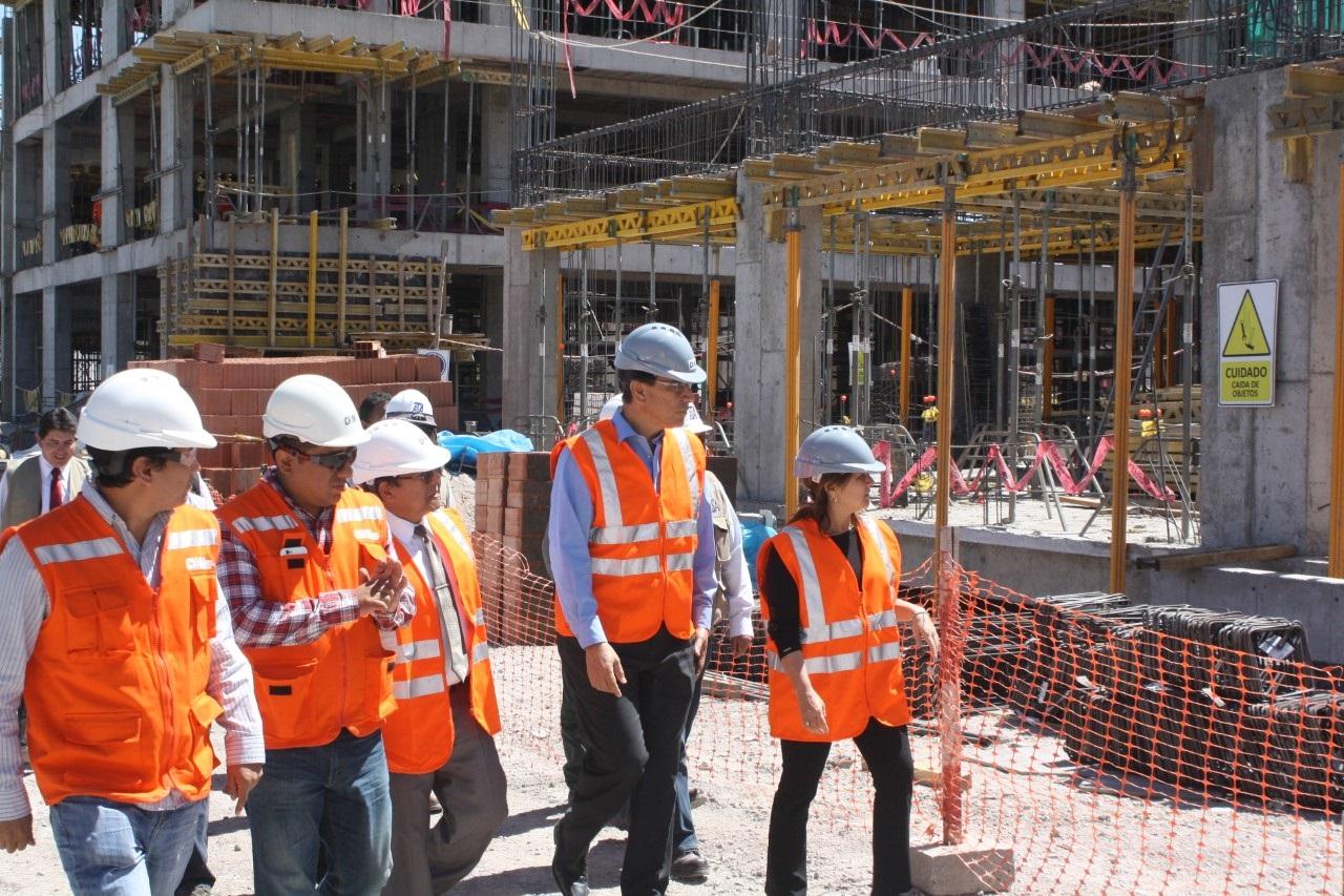 Ministros visitan construcción de Hospital Moquegua