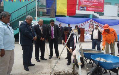 Gobernador regional coloca primera piedra en colegio de Ilo.