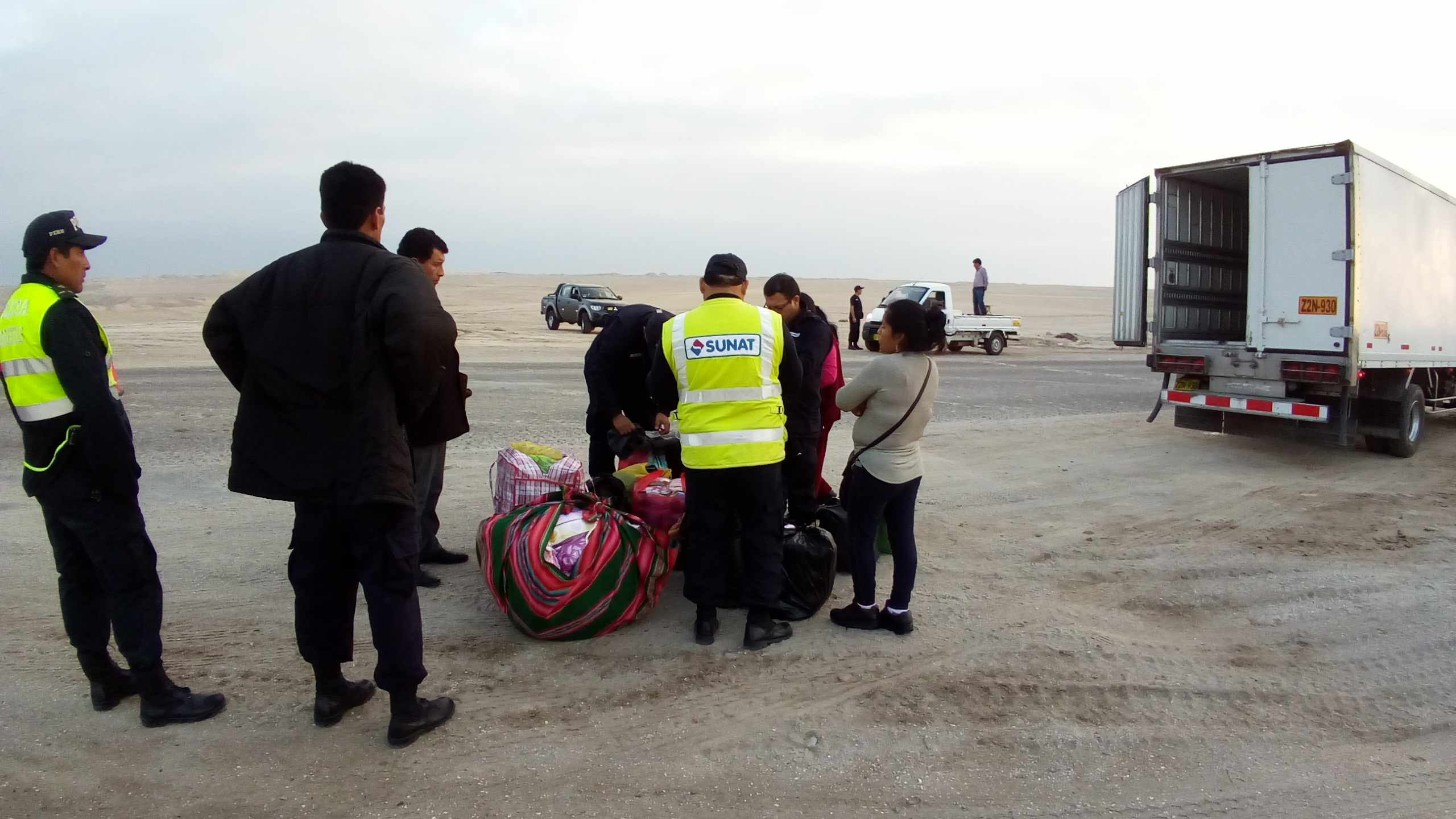 Decomisan ropa boliviana en operativo de contrabando.