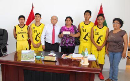 Gobernador entrega cheque a deportistas del club de básquet El Siglo que viajan a nacional sub 17 en Trujillo