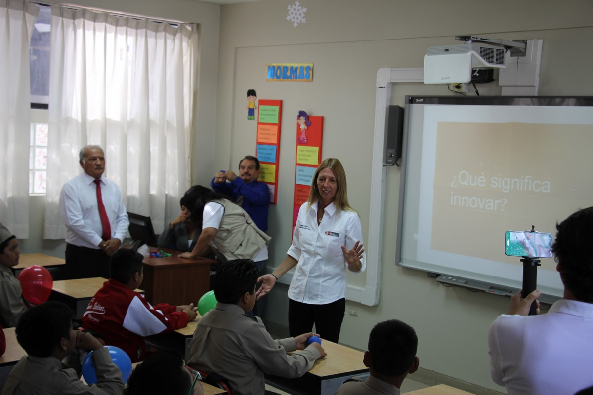 Ministra de la Producción: Inauguró año escolar utilizando pizarra digital interactiva
